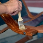 Aprenda a cuidar y barnizar sus muebles  de forma más sostenible